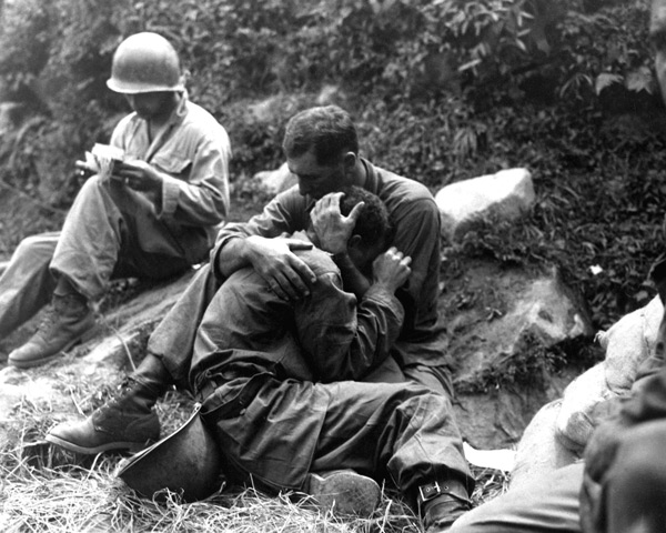 Soldiers-praying-and-consoling